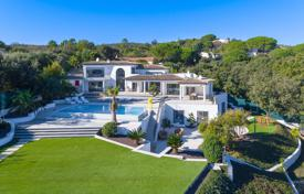 Houses with pools by the sea for sale in Côte d'Azur (French Riviera). Modern villa overlooking the sea with a private garden, a swimming pool, a garage and many terraces, Grimaud, France