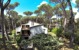Houses for sale in Castagneto Carducci. Three-storey villa near the beach in Castagneto Carducci, Tuscany, Italy