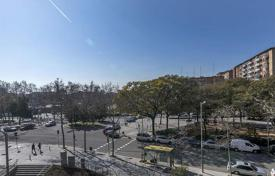 4 bedroom apartments for sale in Spain. Flat in Barcelona, 13 minutes from the beach