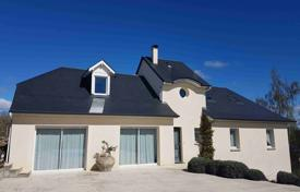 Property for sale in Occitanie. Spacious villa with a garden, a guest house and a swimming pool, just 15 minutes drive from Tarbes, Bagneres-de-Bigorre, France