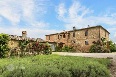 Houses with pools for sale in Siena. Prestigious farmhouse for sale in Siena