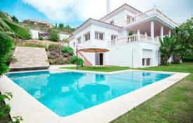 Houses with pools by the sea for sale in Costa del Sol. Attractive Villa in El Paraiso, Estepona