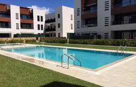 Apartments with pools for sale in Catalonia. New two-bedroom apartment with sea views in a prestigious area of Vilafortuny, Cambrils