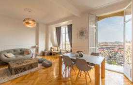 Elevated floor, panoramic view over the town and the sea, entry renovated 3 room apartment in a magnificent palace, lower Cimiez for 650,000 €