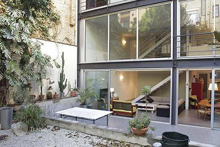 Luxury 3 bedroom houses for sale in Spain. Spacious and modern family house in the Vila de Gràcia in Barcelona