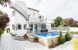 Houses for sale in Empuriabrava. Spacious villa with a pool, a terrace and a jetty, in the yacht port, Empuriabrava, Girona, Spain