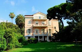 4 bedroom houses by the sea for sale in Sanremo. Unique historic mansion in San Remo with a magnificent park directly by the sea
