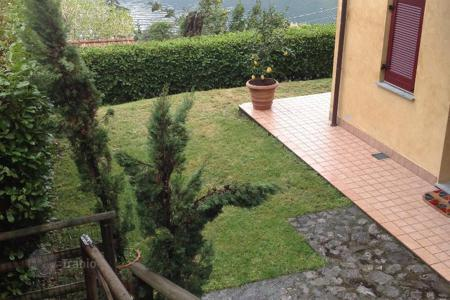 Cheap apartments with pools for sale in Italian Lakes. The apartment is ideally situated as it benefits from all day sun throughout the not only the summer months but throughout the year