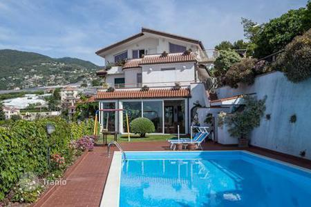 Luxury houses with pools for sale in Liguria. Villa with swimming pool and garden