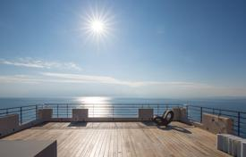 Luxury 3 bedroom apartments for sale in Côte d'Azur (French Riviera). ROOF TOP TERRACE ON WATER'S EDGE