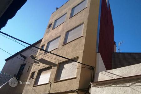 Commercial property for sale in Costa Brava. Building with 3 apartments and commercial premises
