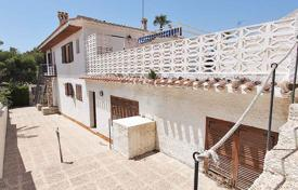 5 bedroom houses for sale in Costa Blanca. Orihuela Costa, La Zenia. Villa of 420 m² built with plot of 550 m². Property consists of 5 bedrooms, 3 bathrooms