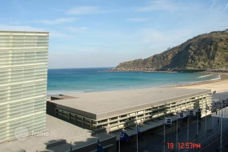 Coastal apartments for sale in San Sebastian. 212 m². First line and views to the zurriola beach in San Sebastian. 30m from the beach. 6 bedrooms and 3 bathrooms. Store room included