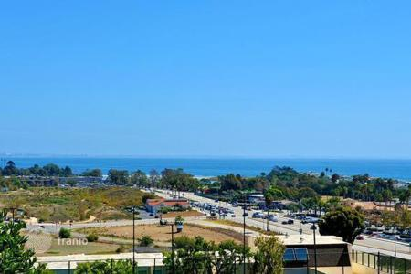 3 bedroom apartments for sale in North America. The apartment is in a modern complex in Malibu