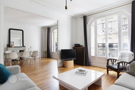 2 bedroom apartments for sale in 16th arrondissement of Paris. Paris 16th District – A perfect pied a terre in a prime location near Auteuil Church