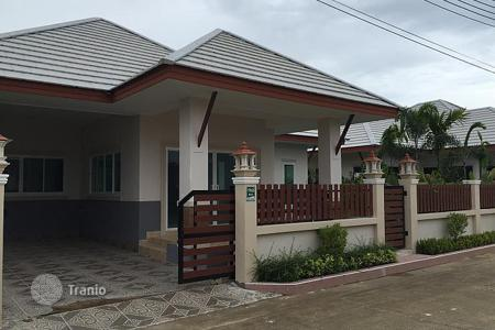 Property for sale in Southeast Asia. Cozy villa with a large swimming pool in a secured residence in Phatthaya, Thailand