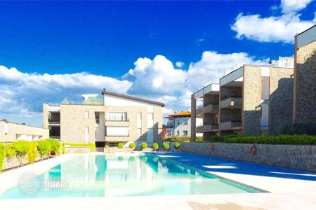 Apartments with pools for sale in Desenzano del Garda. Four rooms apartment in a residence with pool, Desenzano del Garda