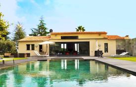 Luxury 4 bedroom houses for sale in Côte d'Azur (French Riviera). Luxury seavew villa on a large plot with a terrace, a garden and a pool in a secured private housing, Saint-Paul-de-Vence, France