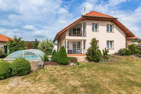 Houses with pools for sale in Central Bohemia. House for sale, 7+2kk, a balcony, two terraces, a pool, Prague West