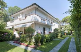 6 bedroom houses by the sea for sale in Italy. Forte dei Marmi — Single house, nice garden, 250 m from the sea
