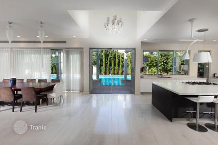 Luxury residential for sale in Tel Aviv District. Spacious villa with 5 bedrooms and a swimming pool, not far from the sea. Herzliya, Israel