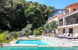 Luxury houses with pools for sale in Èze. Beautiful villa with panoramic views in Eze