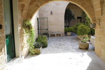 Property for sale in Apulia. Brand new renovated old tenement, located in the historic center of Salento authentic