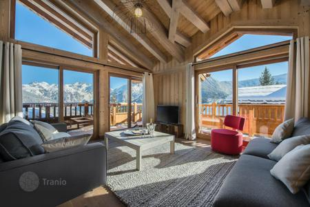 Chalets for rent in Auvergne-Rhône-Alpes. New chalet with a fireplace, terraces, a jacuzzi, a sauna, views of the mountains and the forest, near the slopes, Courchevel, France
