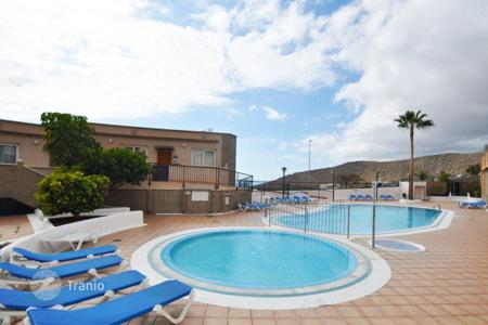 Apartments with pools for sale in Tenerife. Special offer! Furnished penthouse with ocean views in a residential complex with pool, on Tenerife