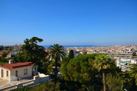 Penthouses for sale in Côte d'Azur (French Riviera). Luxury penthouse with spacious terrace with sea view in Nice, Cote d`Azur, France