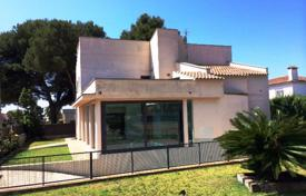 5 bedroom houses for sale in Tarragona. Villa with a private garden, a pool and a garage, Cambrils, Spain