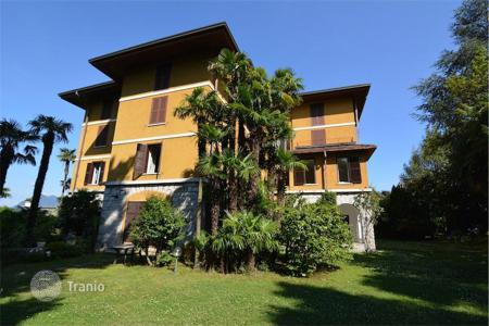 Apartments for sale in Piedmont. Apartment with its own pier, private beach and terrace overlooking Lake Maggiore and the islands in Stresa, Italy
