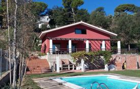 Chalets for sale in Costa Brava. House with 4 bedrooms in urb. Los Pinares