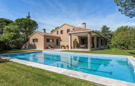 Residential for sale in Madrid. Luxury villa with a swimming pool a garden and a garage, Pozuelo de Alarcon, Spain