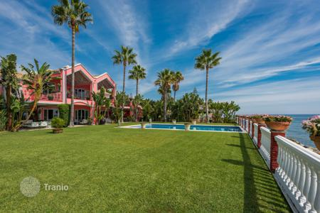 Luxury houses with pools for sale in Andalusia. Elegant beachfront villa