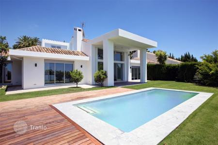Houses with pools for sale in Andalusia. Detached house for sale in Nueva Andalucia