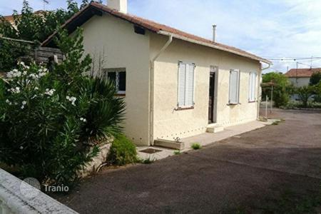 Cheap 2 bedroom houses for sale in France. 3 rooms house with garden, 2 parking spaces, reduced notary fees