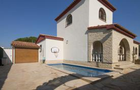 Houses with pools by the sea for sale in Tarragona. Comfortable furnished villa with a private garden, a pool and a garage, Cambrils, Spain
