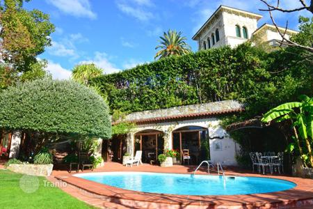 Houses with pools by the sea for sale in Italy. Mediterranean style villa with swimming pool, garden, patio and a view of the sea in San Remo