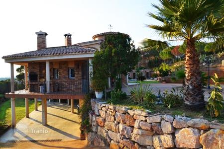 Foreclosed houses with pools for sale in Southern Europe. Rustic one-family estate isolated and placed in Sant Pol de Mar, between Canet of Sea and Sant Pol