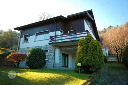5 bedroom houses for sale in Magognino. A two-level house with a garden in a quiet residential area, a few kilometers from Stresa, Italy
