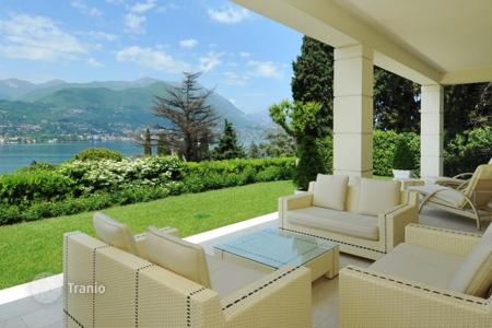 Houses with pools for sale in Lombardy. Luxury Villa with pool and views of lake Garda in San Felice del Benaco