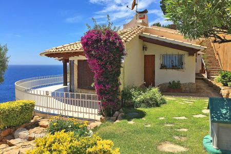 4 bedroom houses by the sea for sale in Costa Brava. Villa - Lloret de Mar, Catalonia, Spain