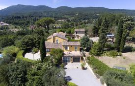 Houses with pools for sale in Italy. Luxury farmhouse for sale in Tuscany