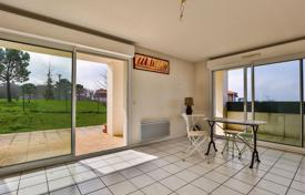 2 bedroom apartments for sale in Aquitaine-Limousin-Poitou-Charentes. Two-bedroom apartment with a terrace and a balcony in a residence with a parking, close to the beach, Saint-Jean-de-Luz, Aquitaine, France