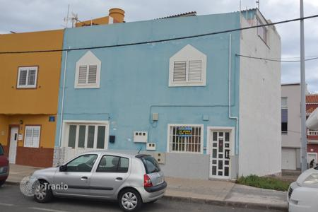 Cheap houses for sale in Gran Canaria. Family house in Pozo Izquierdo