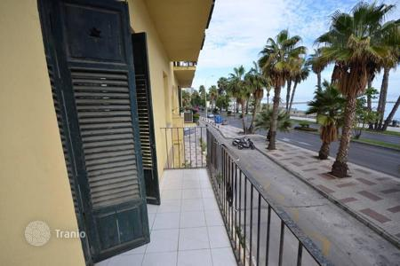 5 bedroom apartments by the sea for sale in Spain. A big apartment on the first line of the Malagueta beach