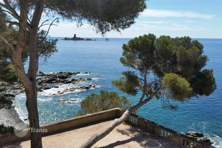 Luxury property for sale in Saint-Raphaël. Unique magnificent property feet in the water to be sold between Cannes and St Tropez