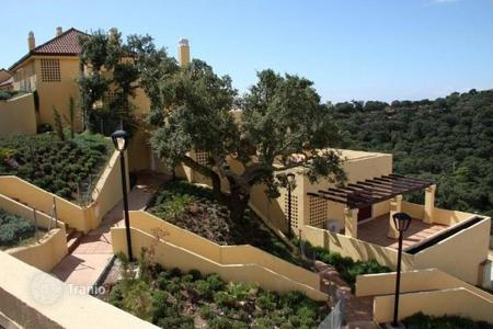 Property for sale in Andalusia. Penthouse with a large terrace and a private garden, in a respectable district, close to the sea, Elviria. Excellent investment opportunity!