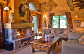 Villas and houses to rent in Savoie. Cozy chalet with 4 bedrooms, balcony, sauna and well-developed service. France, Courchevel 1850